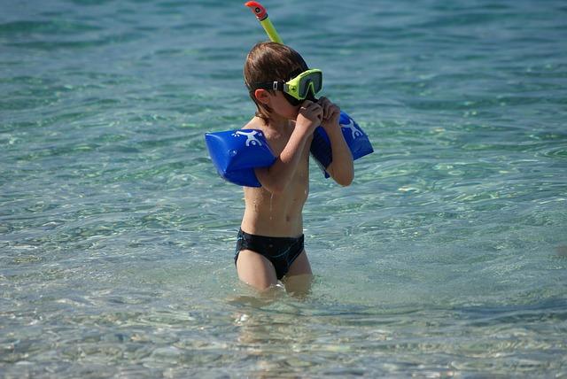 leren snorkelen: een jonge snorkelaar