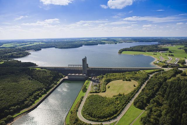 Luchtfoto van het stuwmeer L'Eau D'Heure