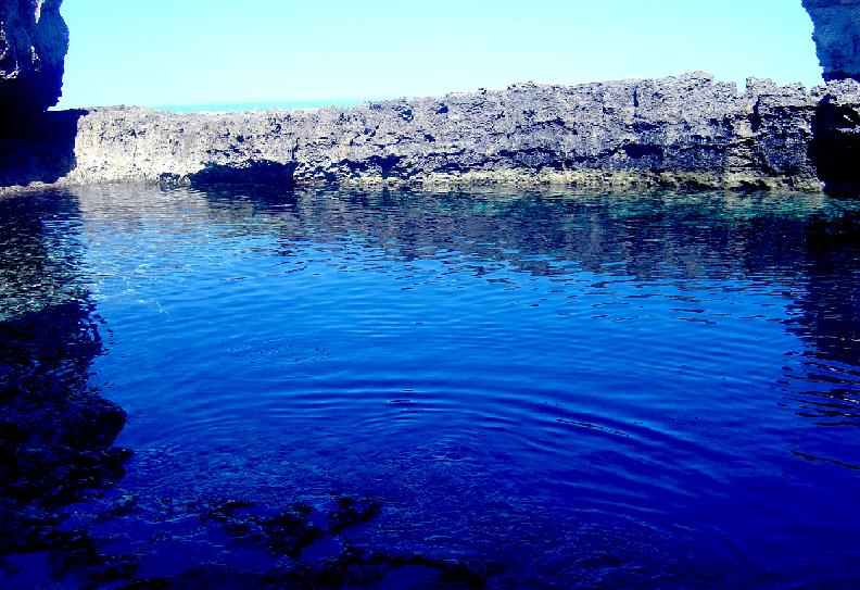 Duikplek op Malta The Blue Hole aan de oppervlakte