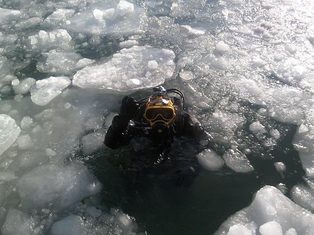 effecten van duiken in koud water op je lichaamtemperatuur zijn groot bij ijsduiken