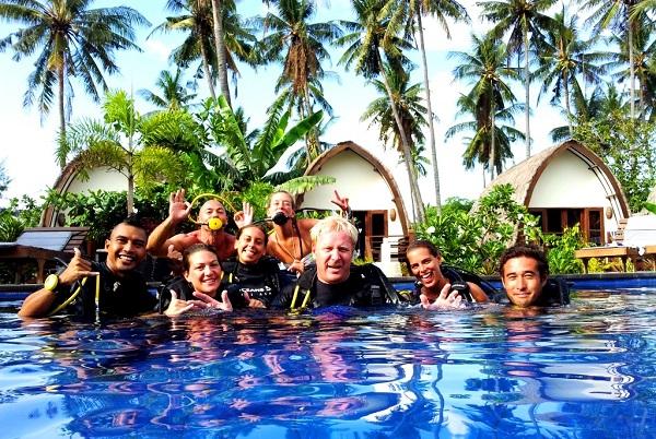 Sander Buis met studenten in het Oceans5 duikresort