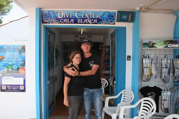 Christina en Michiel voor hun duikschool Cala Blanca